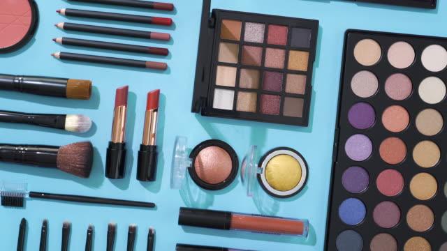 stockvideo's en b-roll-footage met omwenteling van kosmetisch en make-up borstelinzameling op blauwe achtergrond - make up