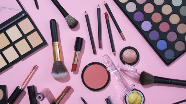 stockvideo's en b-roll-footage met omwenteling van kosmetische en make-up borstelinzameling op roze achtergrond - make up