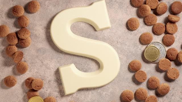 stockvideo's en b-roll-footage met rotatie van kruidnoten, traditionele zoetigheden, strooigoed en witte chocoladeletter s. achtergrond voor nederlandse vakantie sinterklaas. st. nicholas dag concept. fullhd-video, bovenste weergave - pepernoten
