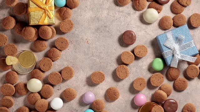 stockvideo's en b-roll-footage met rotatie van kruidnoten, traditionele snoepjes, strooigoed. achtergrond voor nederlandse vakantie sinterklaas. st. nicholas dag concept. fullhd-video, kopieerruimte, bovenste weergave - pepernoten