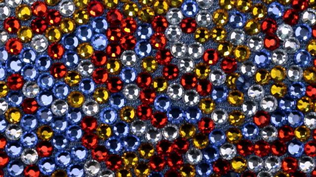 Rotation de strass multicolores avec de belles réflexions lumineuses. - Vidéo