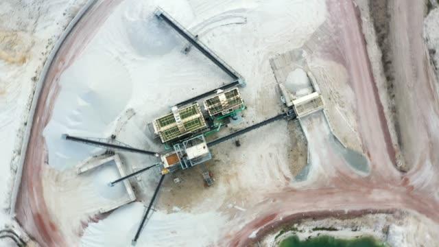 senkrecht rotation über den sandfraktionator einer schneeweißen quarzsandmine - aerial view soil germany stock-videos und b-roll-filmmaterial