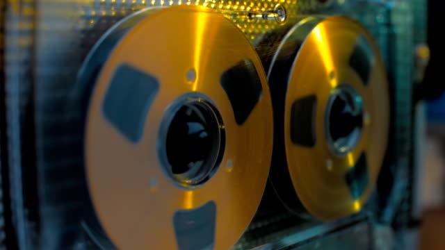 rotazione di vintage bobina musicassetta è luccica di colore chiaro - bobina apparecchiatura di registrazione del suono video stock e b–roll