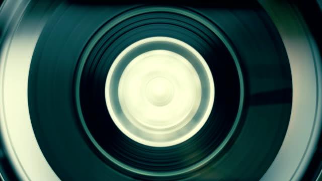 rotazione mulinello con nastro adesivo sul video, audio registratore/giocatore. macro - bobina apparecchiatura di registrazione del suono video stock e b–roll
