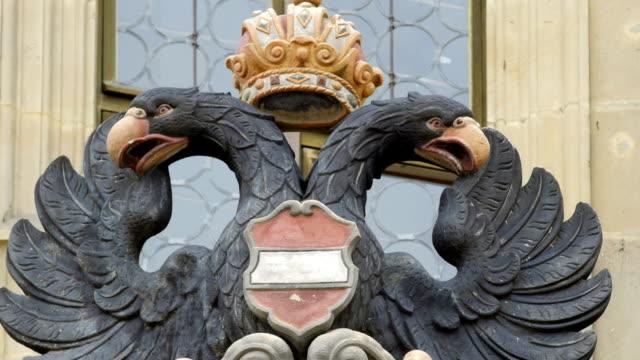 vídeos de stock, filmes e b-roll de rothenburg town hall brasão (4 km/uhd para hd) - insígnia