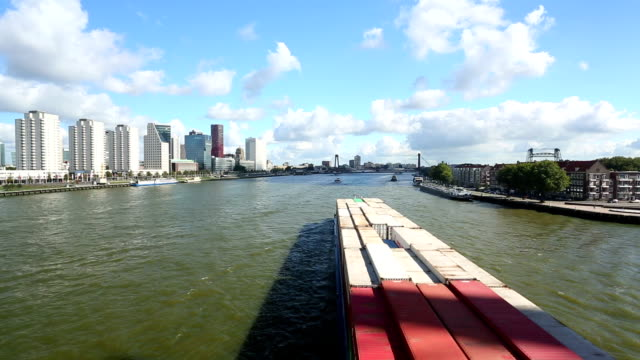 stockvideo's en b-roll-footage met rotterdam skyline with container ship - rotterdam