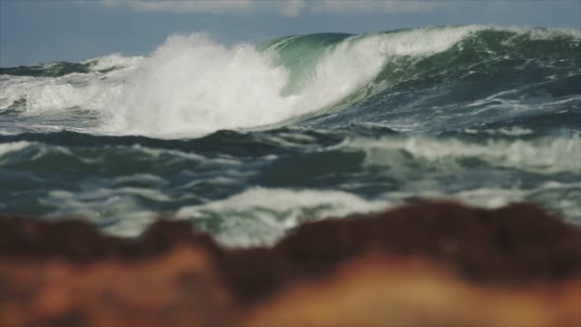 Rau, Mittelmeer und Wellen – Video