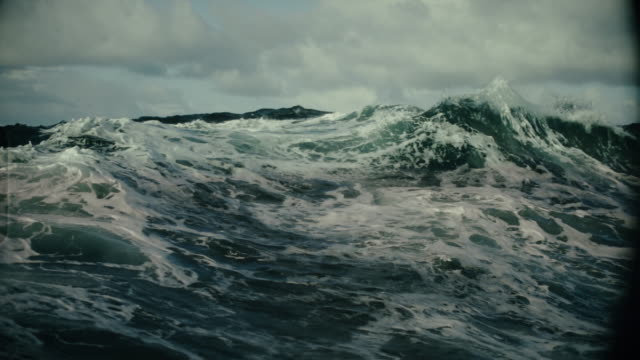 Rough North Sea sailing: waves and surf