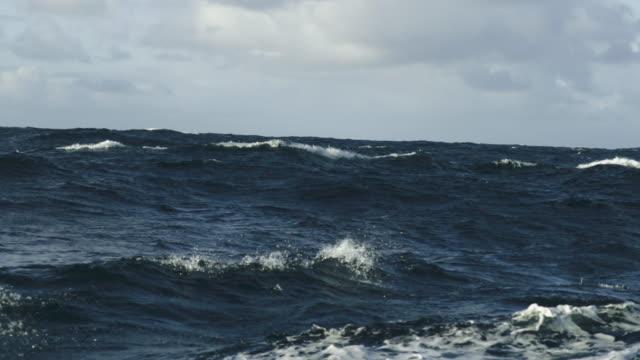 rough north sea sailing: waves and surf - oceano atlantico video stock e b–roll
