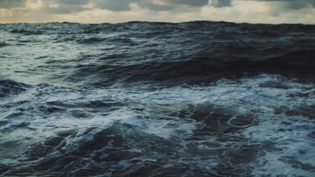 荒い北海セーリング:波とサーフィン - 大西洋点の映像素材/bロール
