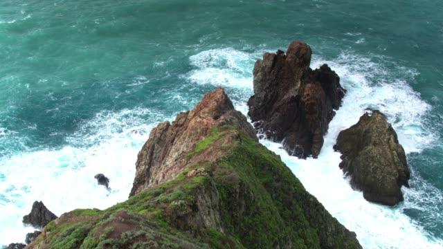 vídeos de stock e filmes b-roll de rough sea crashing on gamboa point, big sur - aerial - big sur