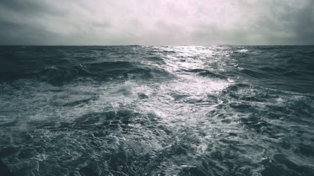 raues meer von einem segelboot - rau stock-videos und b-roll-filmmaterial