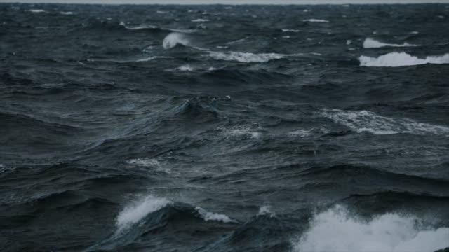 Grobe See aus einem Segelbootfenster, Wellen stürzen – Video