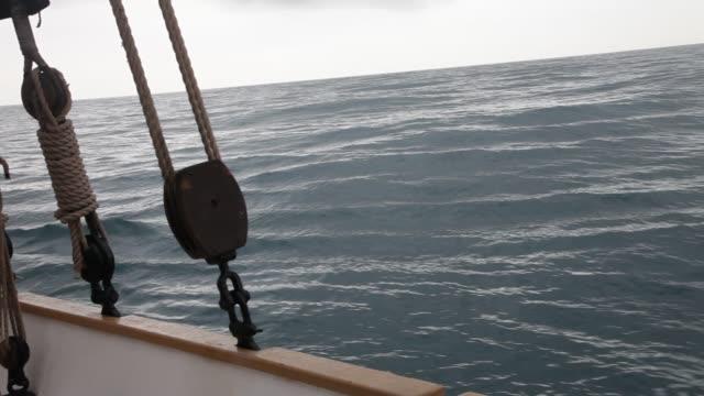 vídeos de stock e filmes b-roll de rough sea sailing - oscilar