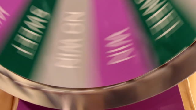 roulette-rad stoppt auf win - lotto stock-videos und b-roll-filmmaterial