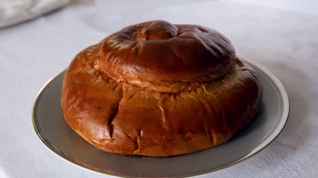 round challah bread for rosh hashanah, jewish new year - rosh hashana стоковые видео и кадры b-roll