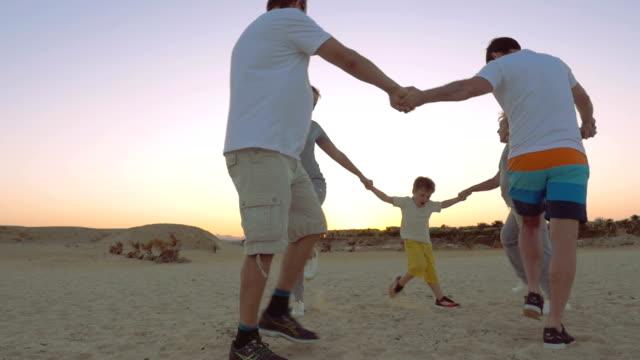 stockvideo's en b-roll-footage met round dance on the beach - sober leven