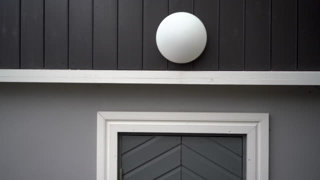 runde lampe und tür an der wand - wohngebäude innenansicht stock-videos und b-roll-filmmaterial