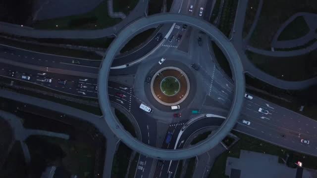 トラフィックでは、ノルウェーの空中ドローンの視点で 4 k ロータリー ツイスト左 - 曲線点の映像素材/bロール