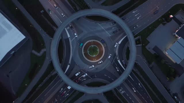 4k 迴旋處在挪威空中無人機透視與交通, 扭左 - 橋 建築物 個影片檔及 b 捲影像