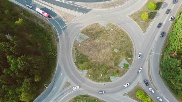 vidéos et rushes de rond-point, trafic intersection, kista, stockholm - rond point