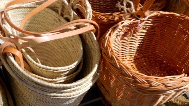 スペインでの販売のための籐のバスケットの多くからの行 - 籠点の映像素材/bロール