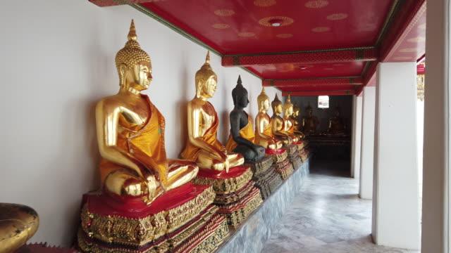 4k reihe von goldenen buddha-statuen im wat pho - buddha stock-videos und b-roll-filmmaterial