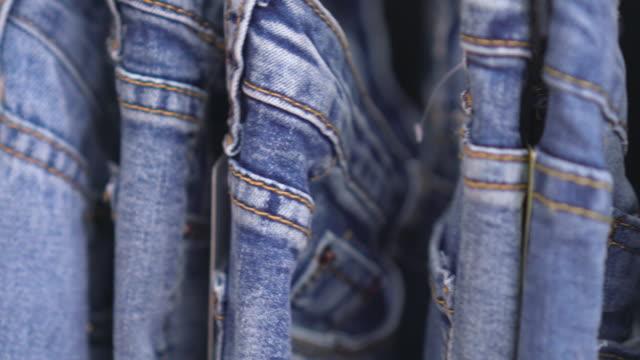 Rangée de Blue-Jeans pendus, coup de dolly - Vidéo
