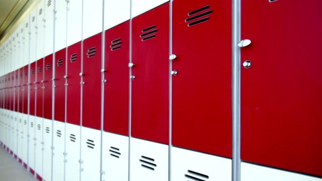 vídeos de stock, filmes e b-roll de fileira de vermelho armários - armário com fechadura