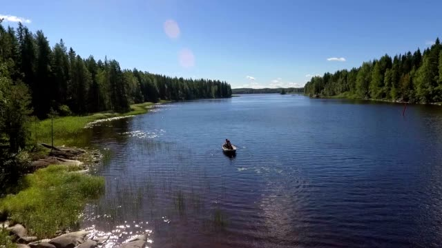 vídeos de stock e filmes b-roll de rowboat with people - países nórdicos