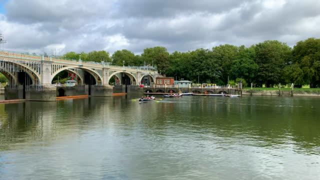 rowers utbildning på themsen - flod vatten brygga bildbanksvideor och videomaterial från bakom kulisserna
