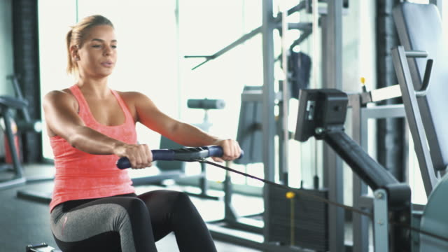 training im fitnessstudio rudern. - rudergerät stock-videos und b-roll-filmmaterial