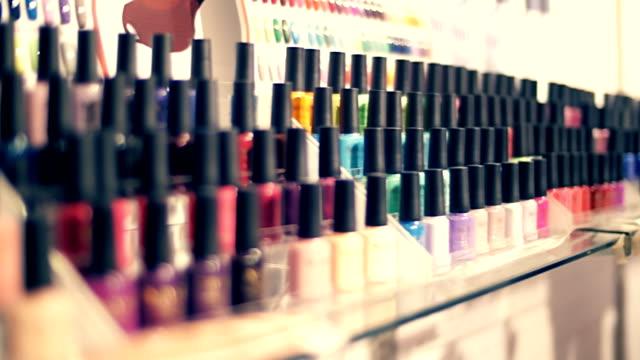 rader av färgglada flaskor med nagellack på showcase av butik - nagellack bildbanksvideor och videomaterial från bakom kulisserna