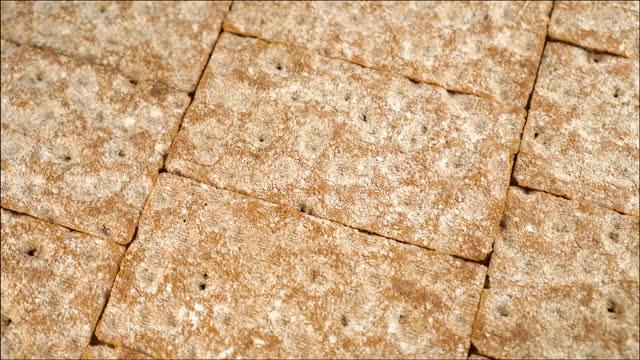 vidéos et rushes de les rangées de pain croustillant tournent en cercle - seigle grain