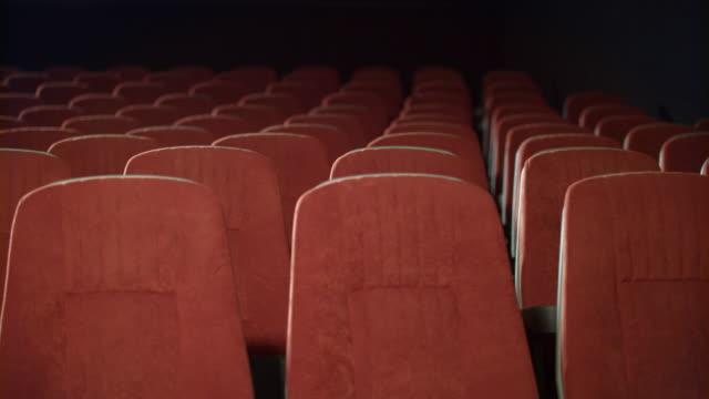leere sitzreihen im kino. leere sessel im theater. - zuschauerraum stock-videos und b-roll-filmmaterial