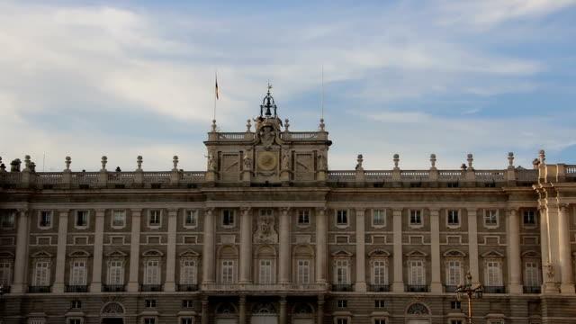 vídeos de stock e filmes b-roll de palácio real de madrid em um verão à noite, espanha. zoom. - dia de reis