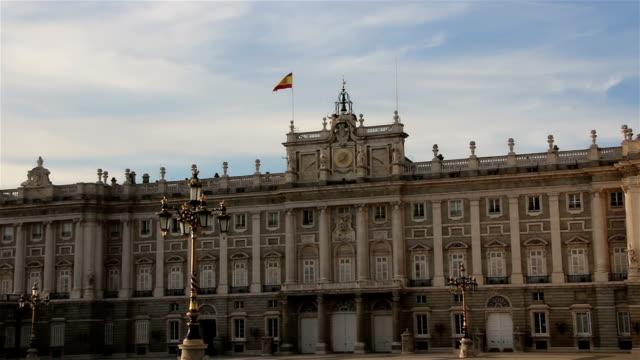 vídeos de stock e filmes b-roll de palácio real de madrid, espanha. zoom. - dia de reis