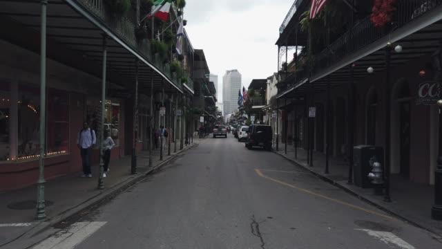 royal street im french quarter von new orleans während des tages (shops und bars) - antique shop stock-videos und b-roll-filmmaterial