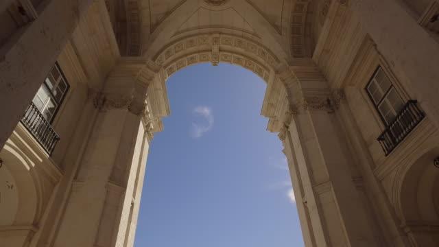stockvideo's en b-roll-footage met rua augusta monumentale arch - boog architectonisch element