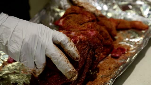 Esfregando especiarias na carne - vídeo
