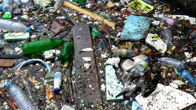 skräp och flaskor över havet visar havsföroreningar - plastic ocean bildbanksvideor och videomaterial från bakom kulisserna