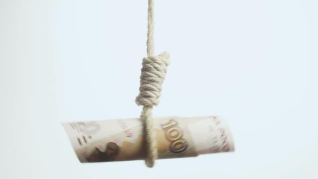 рубль палач symbolising падение российской экономики - затягивание стоковые видео и кадры b-roll