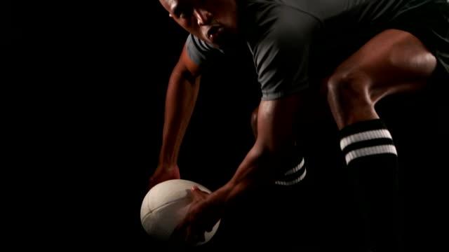 vídeos y material grabado en eventos de stock de jugador de rugby haciendo un paso lateral - rugby