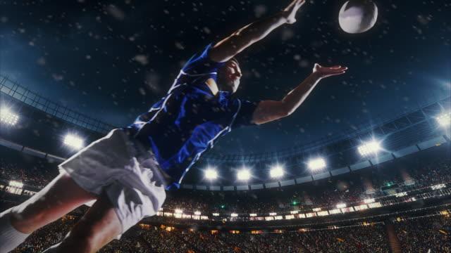 ラグビー選手はボールをジャンプします。 ビデオ