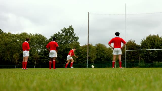Rugby-Spieler einen kick und Punkten – Video