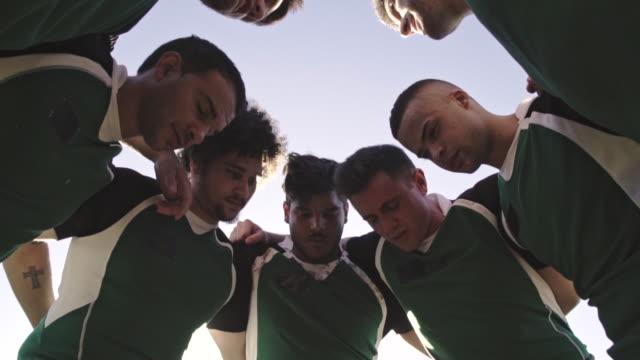 stockvideo's en b-roll-footage met rugby spelers knuffelen - huddle