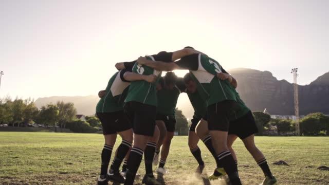 stockvideo's en b-roll-footage met rugby spelers die hun team war cry uitvoeren - huddle