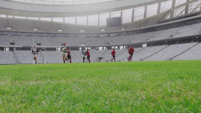 Rugbyspieler beim Rugby-Spiel im Stadion 4k – Video