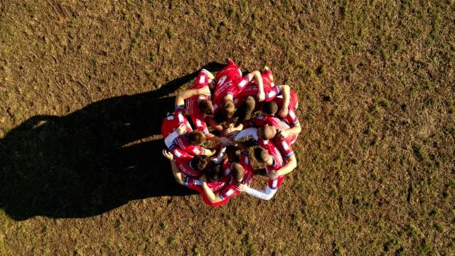 vídeos de stock e filmes b-roll de rugby team playing on the field - equipa desportiva