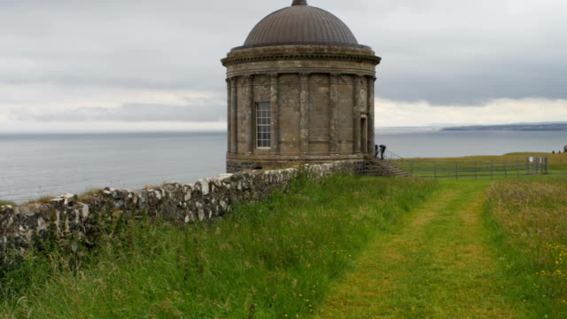 ruin of mussenden temple on a cliff edge - графство дерри стоковые видео и кадры b-roll